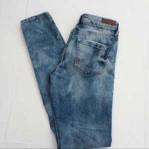 Blank NYC Destroyed Lt Wash Jeans. SZ 26